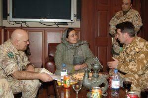 Maiorul Sorin Cirstea, loctiitorul comandantului Fortei Intrunite Multinationale de Operatii Psihologice din cadrul ISAFKabul, impreuna cu comandantul ISAF, generalul locotenent Mauro Del (2)