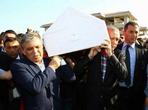 Președintele Erdogan și fostul Președinte Gyul, cară pe umerii lor un sicriu cu trupul uneia dintre victime