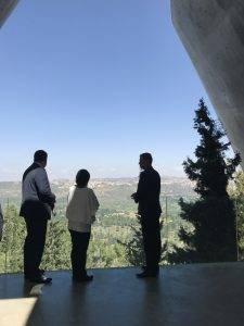 Premierul român pe esplanada Muzeului Yad Vashem - foto Q Magazine