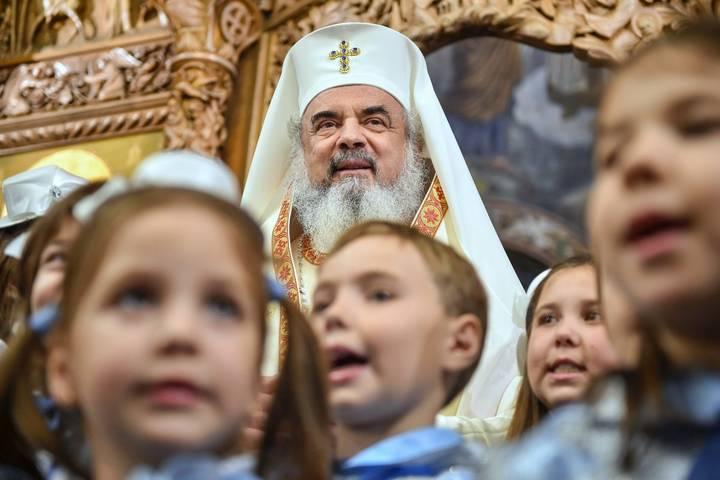 15-decembrie-2015-Patriarhul-Daniel-inconjurat-de-copii-la-Biserica-Sfantul-Elefterie-din-Bucuresti-cu-ocazia-sfintirii-picturii