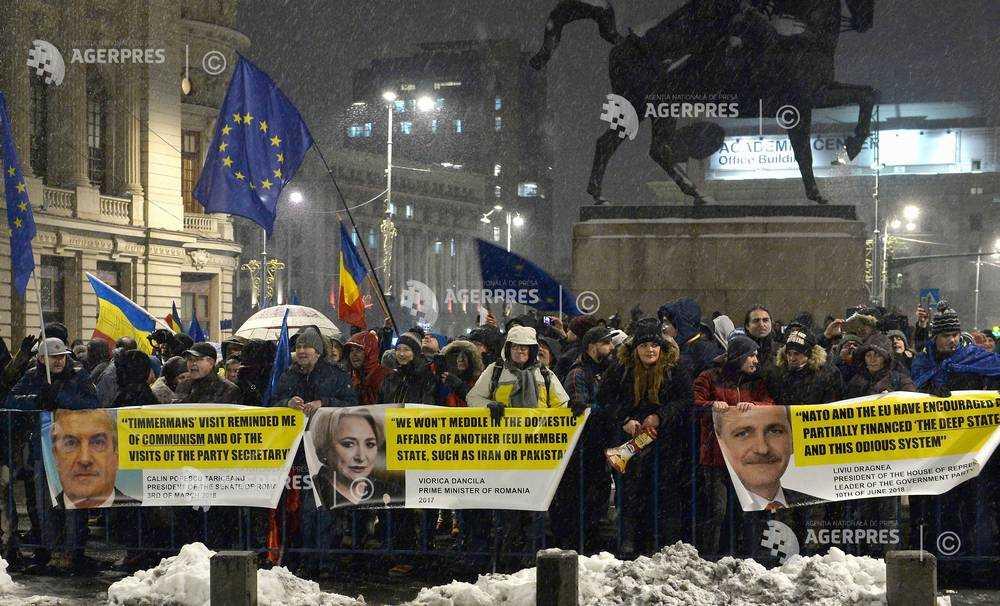 Mai multe persoane protesteaza in fata Palatului Regal-QMagazine-Preluarea presedintiei CUE